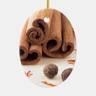 Ornement Ovale En Céramique Bâtons de cannelle, safran aromatique et piment