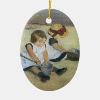 Ornement Ovale En Céramique Enfants jouant sur la plage par Mary Cassatt