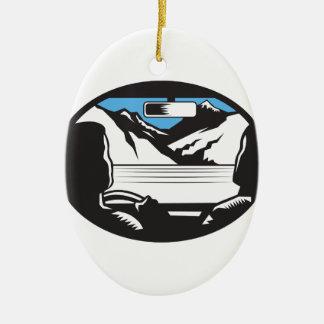 Ornement Ovale En Céramique Le conducteur recherchant l'ovale de pare-brise de