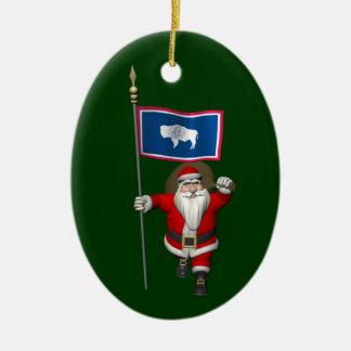Ornement Ovale En Céramique Le père noël avec le drapeau du Wyoming