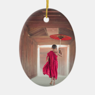 Ornement Ovale En Céramique Moine bouddhiste avec le parapluie rouge