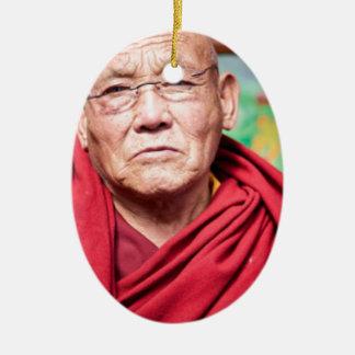 Ornement Ovale En Céramique Moine bouddhiste dans la robe longue rouge
