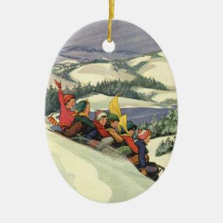 Ornement Ovale En Céramique Noël vintage, enfants Sledding sur une montagne