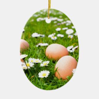 Ornement Ovale En Céramique Oeufs de poulet dans l'herbe avec des marguerites