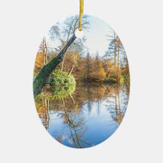Ornement Ovale En Céramique Paysage d'automne de forêt avec l'étang
