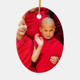Ornement Ovale En Céramique Petits moines dans des robes longues rouges