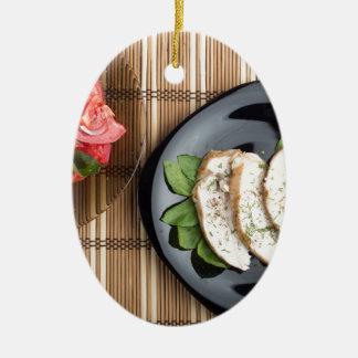 Ornement Ovale En Céramique Viande de Сhicken décorée de la salade de basilic