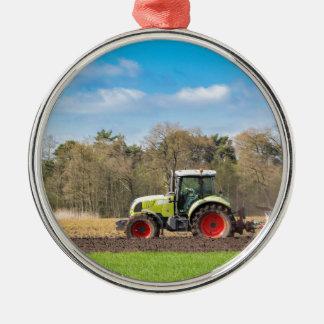 Ornement Rond Argenté Agriculteur sur le tracteur labourant le sol