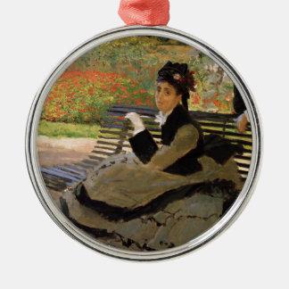 Ornement Rond Argenté Camille Monet sur un banc de jardin - Claude Monet