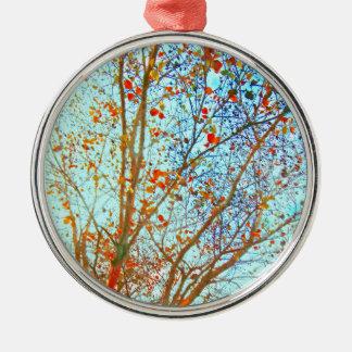 Ornement Rond Argenté Feuille orange d'automne et ciel bleu