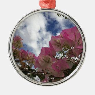 Ornement Rond Argenté fleurs roses contre un ciel bleu