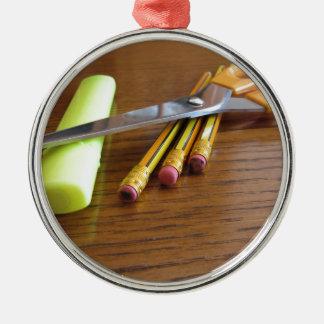 Ornement Rond Argenté Fournitures de bureau d'école sur la table en bois