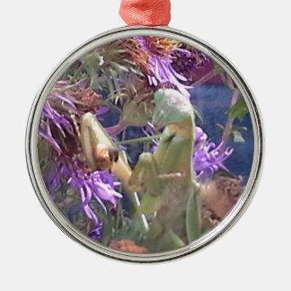 Ornement Rond Argenté Mante attaquante et fleurs pourpres de cône