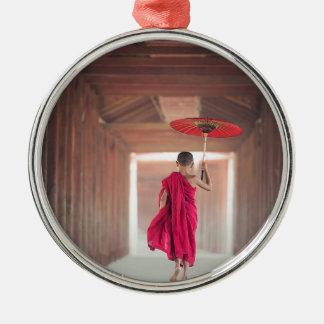 Ornement Rond Argenté Moine bouddhiste avec le parapluie rouge