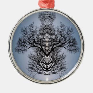 Ornement Rond Argenté Motif d'arbre et ciel bleu silhouettés