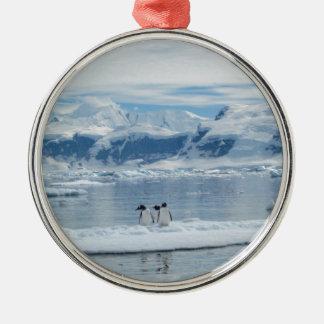 Ornement Rond Argenté Pingouins sur un iceberg