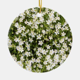 Ornement rond de fleurs sauvages de Stellaria de