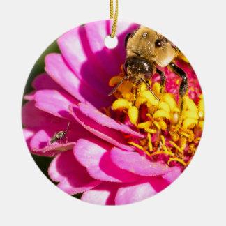 Ornement Rond En Céramique abeille et insecte se tenant sur une fleur pourpre