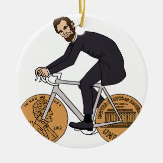 Ornement Rond En Céramique Abraham Lincoln sur un vélo avec le penny roule la