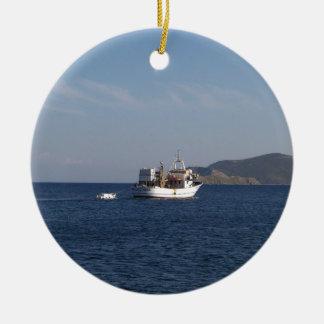 Ornement Rond En Céramique Bateau de pêche grec