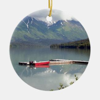 Ornement Rond En Céramique Bateau sur le lac trail, Alaska