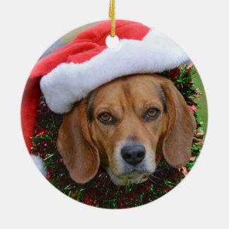 Ornement Rond En Céramique Beagle dans le casquette de Père Noël et la