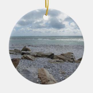 Ornement Rond En Céramique Bord de la mer de plage avec des voiliers sur