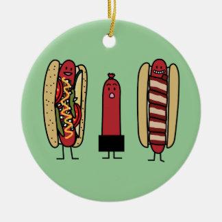 Ornement Rond En Céramique Bros de hot-dog. Saucisse enveloppée par lard de
