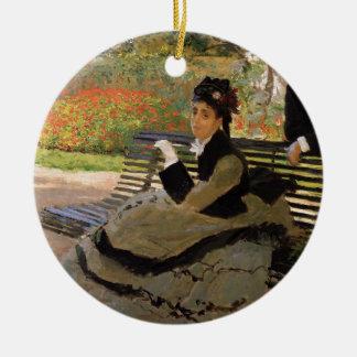 Ornement Rond En Céramique Camille Monet sur un banc de jardin - Claude Monet
