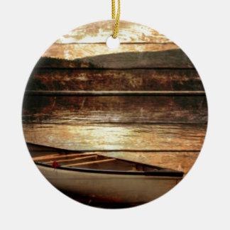 Ornement Rond En Céramique Canoë en bois primitif de Chambre de lac de
