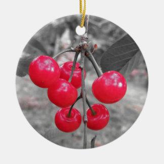 Ornement Rond En Céramique Cerises rouges de Montmorency sur l'arbre dans le