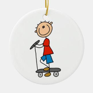 Ornement Rond En Céramique Chiffre garçon de bâton sur le scooter
