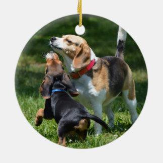 Ornement Rond En Céramique Chiot et maman adorables de beagle