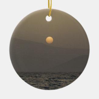 Ornement Rond En Céramique Coucher du soleil au-dessus des montagnes d'île de