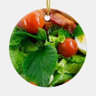 Ornement Rond En Céramique Détail d'un plat avec des tomates cerise, herbes