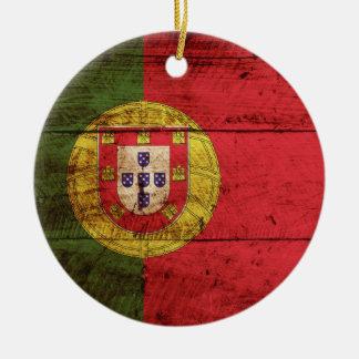 Ornement Rond En Céramique Drapeau du Portugal sur le vieux grain en bois