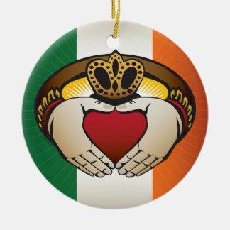 Ornement Rond En Céramique Drapeau irlandais avec l'anneau de Claddagh