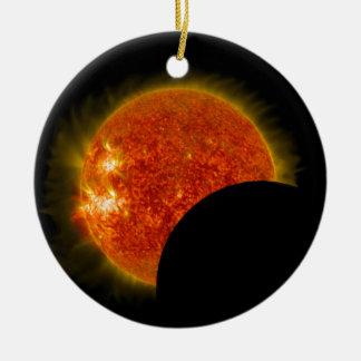 Ornement Rond En Céramique Éclipse solaire en cours