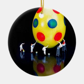 Ornement Rond En Céramique Figurines miniatures peignant l'oeuf de pâques