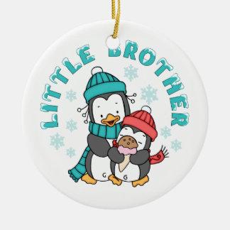 Ornement Rond En Céramique Frère d'hiver de pingouin petit