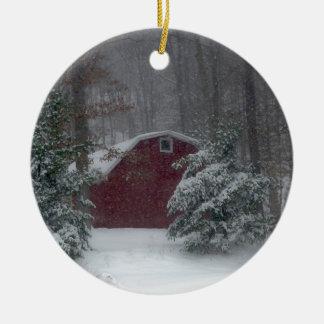 Ornement Rond En Céramique Grange rouge dans la neige