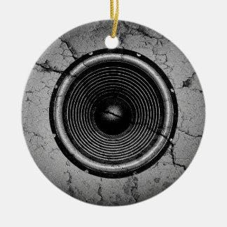 Ornement Rond En Céramique Haut-parleur de musique sur un mur criqué