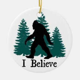 Ornement Rond En Céramique Je crois Bigfoot et arbres