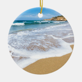 Ornement Rond En Céramique La mer de plage sablonneuse ondule et montagne à