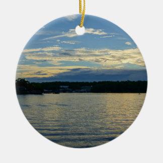Ornement Rond En Céramique Lac du coucher du soleil de bleu d'Ozarks