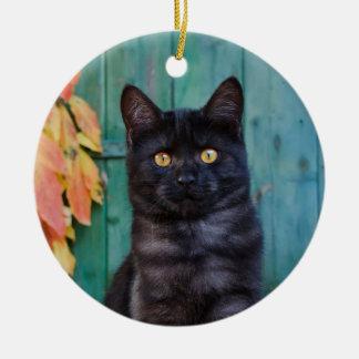 Ornement Rond En Céramique Le chaton mignon de chat noir avec le rouge part