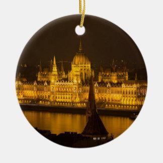 Ornement Rond En Céramique Le Parlement hongrois Budapest par nuit