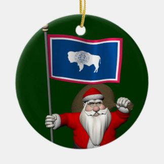Ornement Rond En Céramique Le père noël avec le drapeau du Wyoming