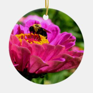 Ornement Rond En Céramique Le Zinnia rose avec gaffent l'abeille