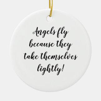 Ornement Rond En Céramique Les anges volent parce qu'ils se prennent
